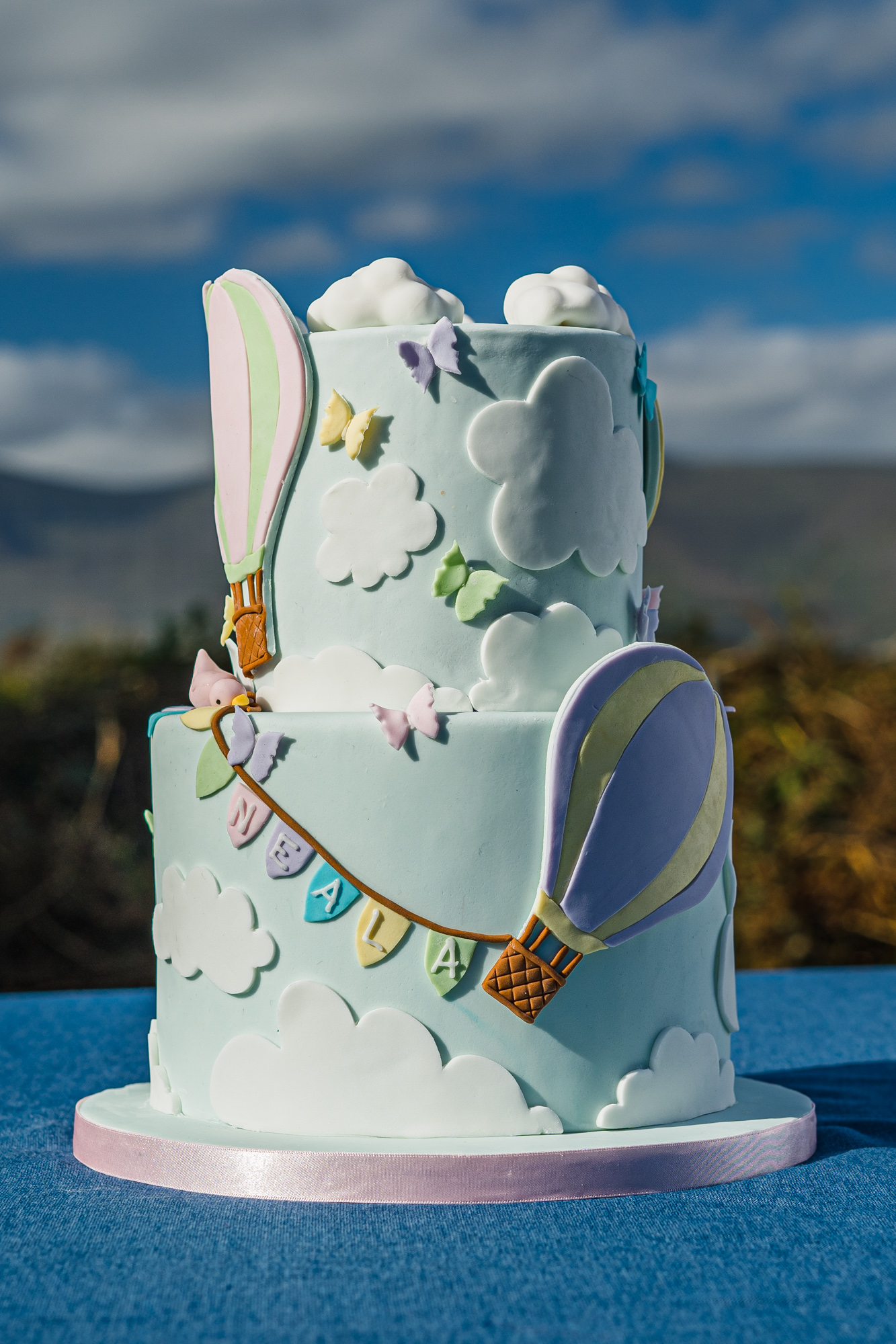 Hot air balloons in a blue sky cake